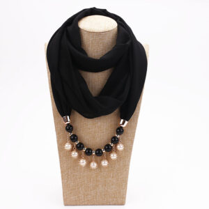 Foulard ethnique pendentif noir chic